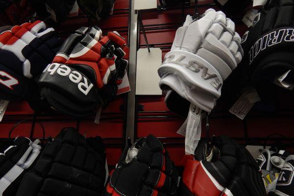 hockey-glove-disp-lay523B8A53-5588-8A03-73F1-BD5D2F8FF399.jpg